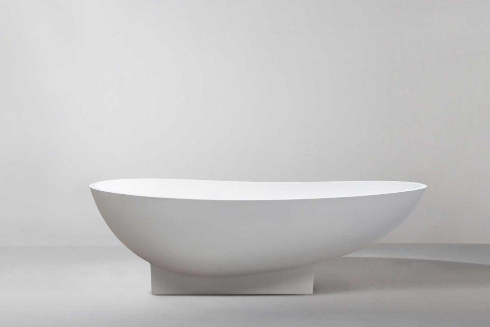 Copenhagen badekar fra Interform er et lekkert frittstående designbadekar i hvit matt kompositt / Solid surface. Baderommets smykke. Klikkventil i samme utførelse som badekaret.