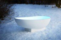 Copenhagen badekar fra Interform. Lekkert frittstående designbadekar i hvit matt kompositt / Solid surface. Baderommets smykke. Klikkventil i samme utførelse som badekaret. Ute i vinter og snø.