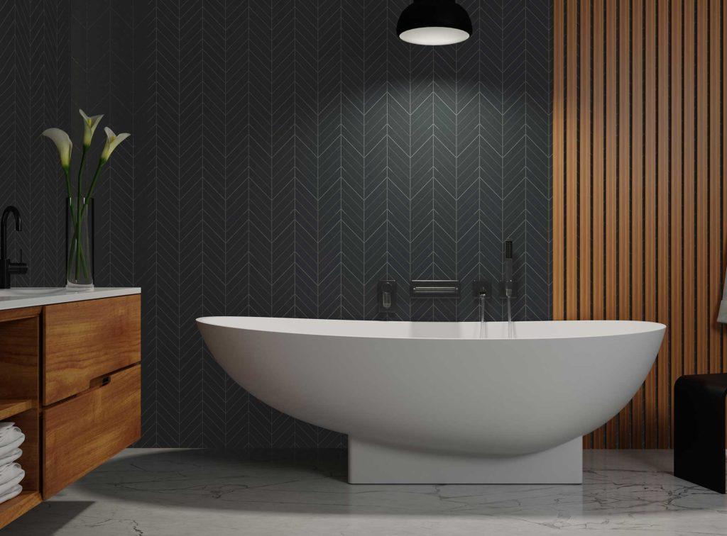 Copenhagen badekar i hvit matt utførelse på marmorgulv. Veggarmatur krom. Fiskebensflis og spiler på vegg