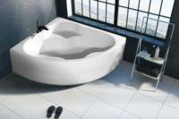 Corner badekar er et pent hjørnekar i akryl. Hvit, klikkventil og justerbare ben. Store hvite fliser og microsement på vegg. Flott utsikt fra badekaret