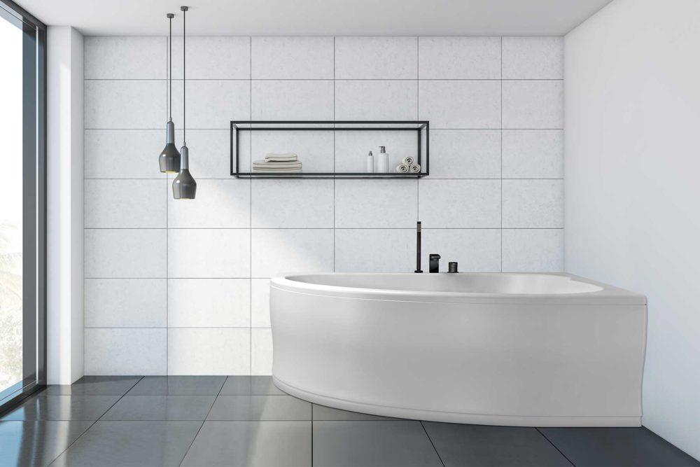 Corner badekar fra Interform. Flislagt bad med mørke flis på gulv og lyse på vegg. Vega svart armatur / karkantarmatur