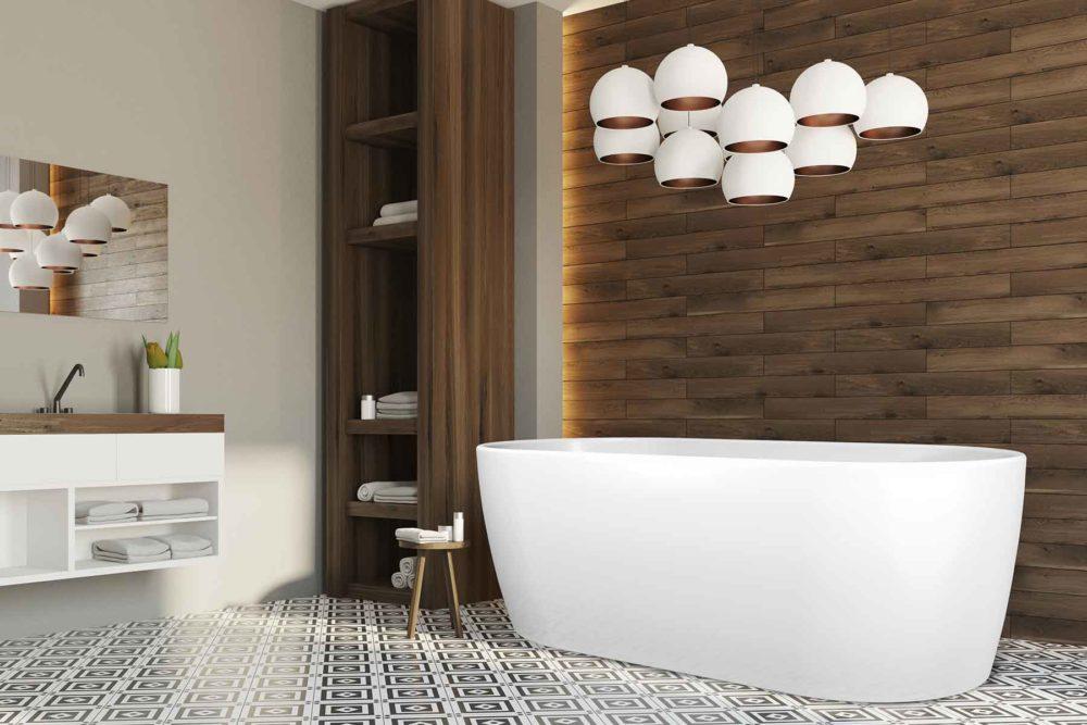 Embla helstøpt badekar fra Interform i hvit akryl. spesialflis på gulv og tre imitajson veggflis. Nydelige kulelamper