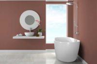 Embla helstøpt badekar fra Interform i hvit akryl. Dusj i krom. Nydelig farge på vegg. Utsikt fra badekaret