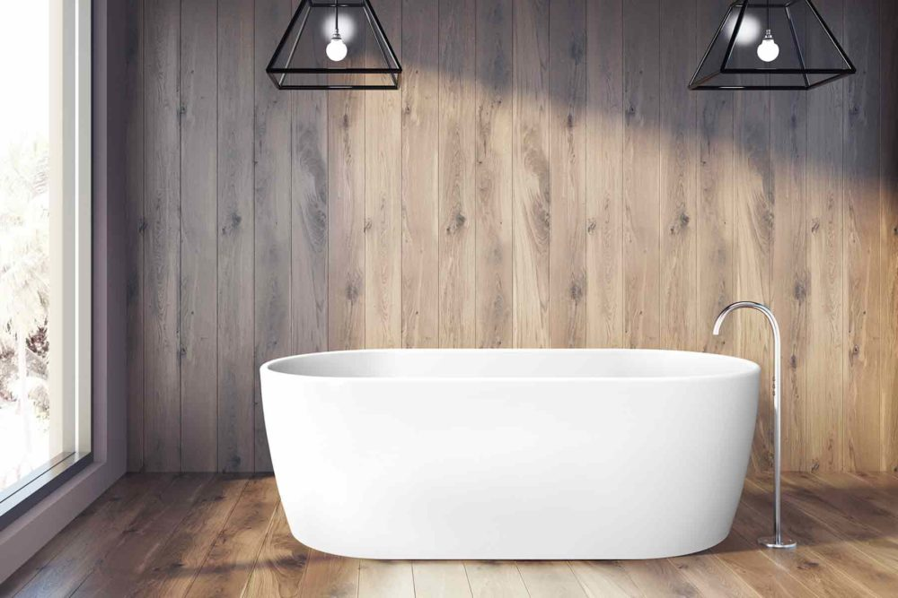 Embla helstøpt badekar fra Interform i hvit akryl. Gulvarmatur i krom. Trepanel og tregulv. Utsikt fra badekaret