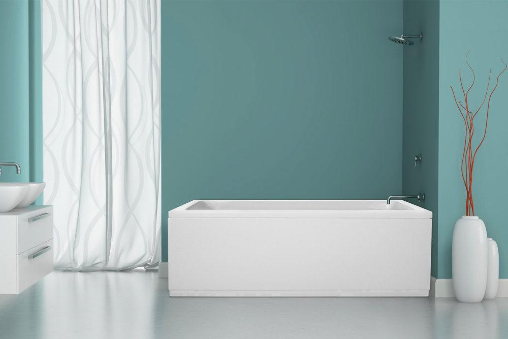 Idun badekar fra Interform. Veggarmatur og dusj i krom. Sprek turkis farge på vegg. Hvte vaser og interiør.
