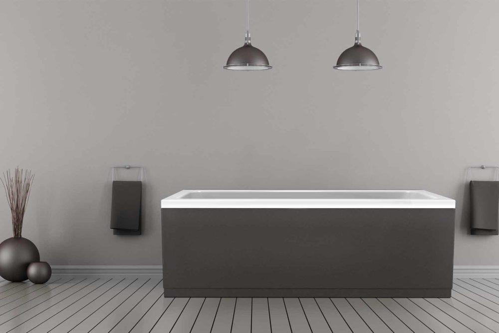 Idun badekar fra Interform med grå panelfarge. Grå tregulv og grå vegg. Svarte detaljer som lamper, håndduk og vasker.
