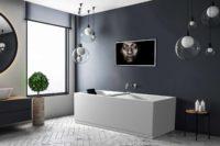 Idun badekar fra Interform med badekarbro i hvit kompositt og svart nakkepute. Veggarmatur i krom på mørk blå vegg. Hvite fiskebensflis på gulv. Store flotte lyskupler hengende fra tak. Utsikt fra badekaret