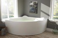 Lagune badekar fra Interform. Badekaret har ekstre god ryggstøtte. Tregulv og dus grå/grønn farge på vegg. Nydelig hutsik ut mot hagen fra store vindu hvor sommersolen gløtter inn.