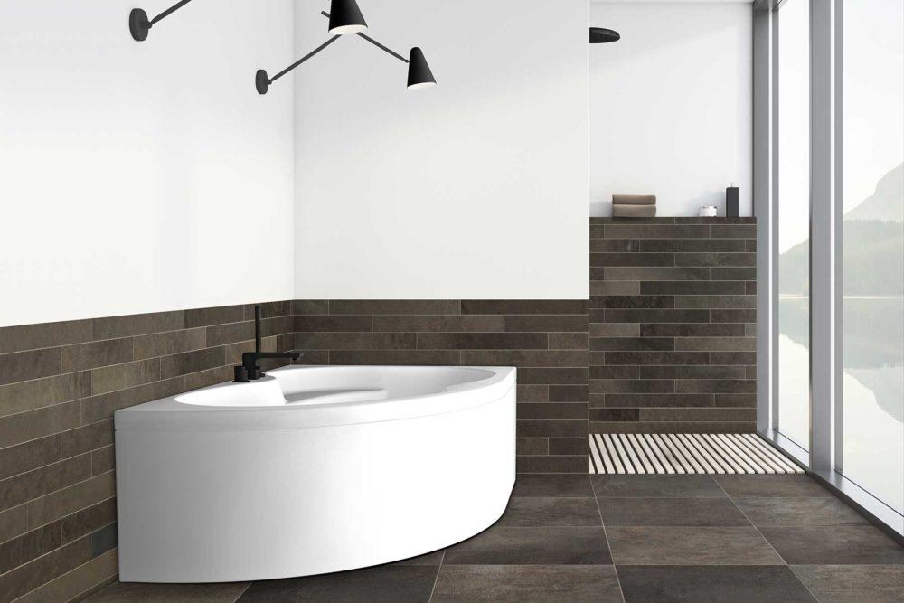 Loke badekar fra Interform i høyre utførelse. Flislagt bad med utsikt over fjorden. Vega svart armatur / karkantarmatur