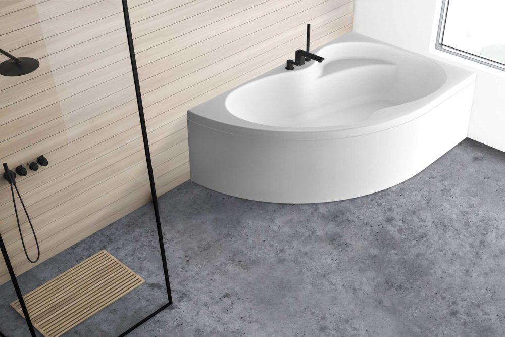 Loke badekar fra Interform i høyre utførelse. bad med veggpanel. Vega svart armatur / karkantarmatur. Svart dusj armatur. Betong gulv.