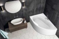 Loke badekar i venstre utførelse fra Interform. armatur i krom. svarte vegger og hvite flis på gulv. hvit vask med krom armatur. Rundt speil