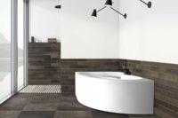 Loke badekar fra Interform i venstre utførelse. Flislagt bad med utsikt over fjorden. Vega svart armatur / karkantarmatur