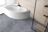 Loke badekar fra Interform i venstre utførelse. bad med veggpanel. Vega svart armatur / karkantarmatur. Svart dusj armatur. Betong gulv.