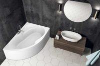 Loke badekar i høyre utførelse fra Interform. armatur i krom. svarte vegger og hvite flis på gulv. hvit vask med krom armatur. Rundt speil