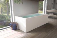 Nemo 190 badekar med massasjesystem / boblebad fra Interform. Tregulv og lyse vegger, servant i hvit porselen og krom armatur. Nydelig utsikt ut mot frodig hage.