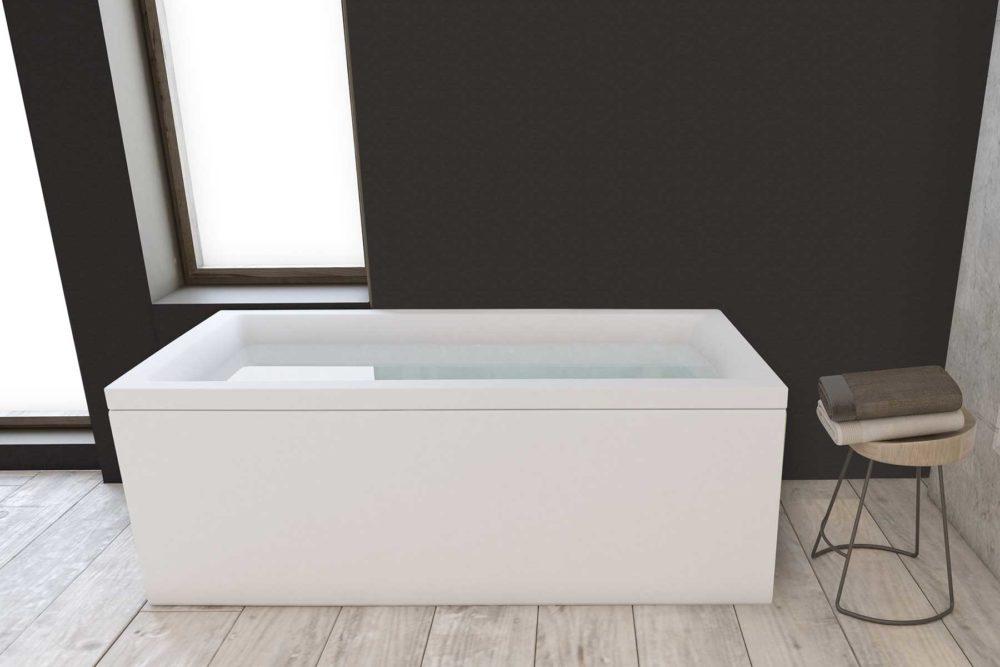 Nemo 170 badekar fra Interform på flis med tre imitasjon, vegg i mørk grå og betong. Utsikt fra massasjebad / boblebad.