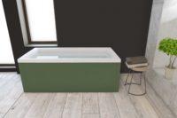 Nemo 170 badekar fra Interform med farget panel. Flis med tre imitasjon på gulv, vegg i mørk grå og betong. Utsikt fra massasjebad / boblebad.