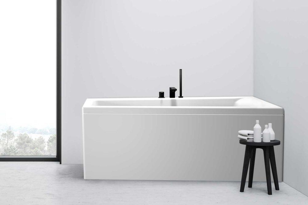 Nemo 160 badekar i høyre utførelse fra Interform. betong gulv og hvite vegger. Vega svart armatur. Stort vindu med svart ramme.