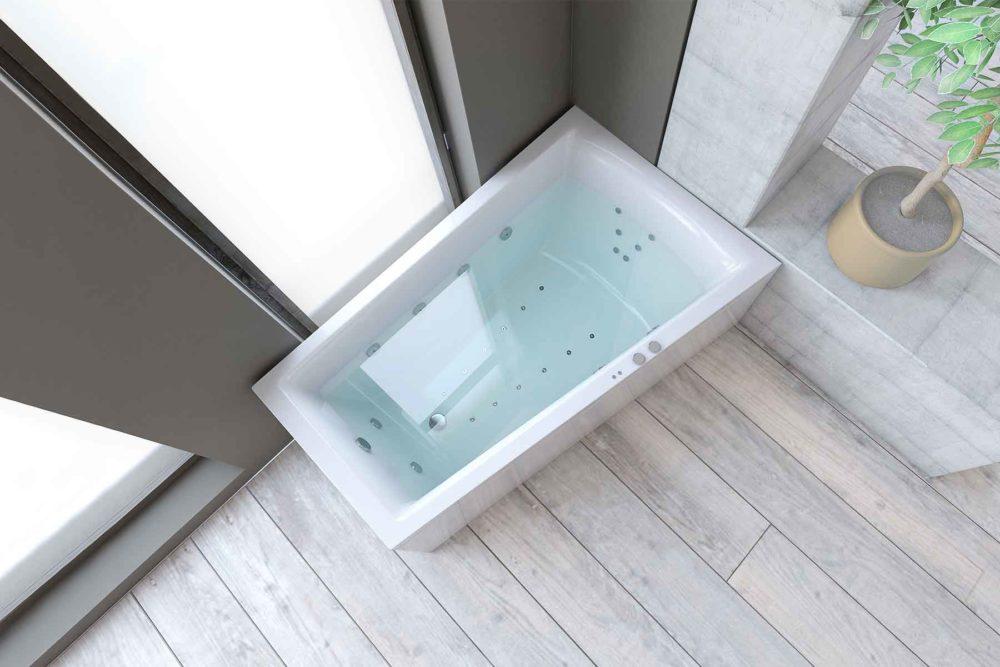 Nemo 160 badekar i høyre utførelse fra Interform. flis i treimitasjon på gulv. Betong og gråmalt vegg. Massasjebad / Boblebad med utsikt