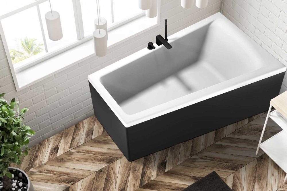 Nemo 160 badekar i høyre utførelse fra Interform. tregulv og hvite fliser på vegg. Vega svart armatur.
