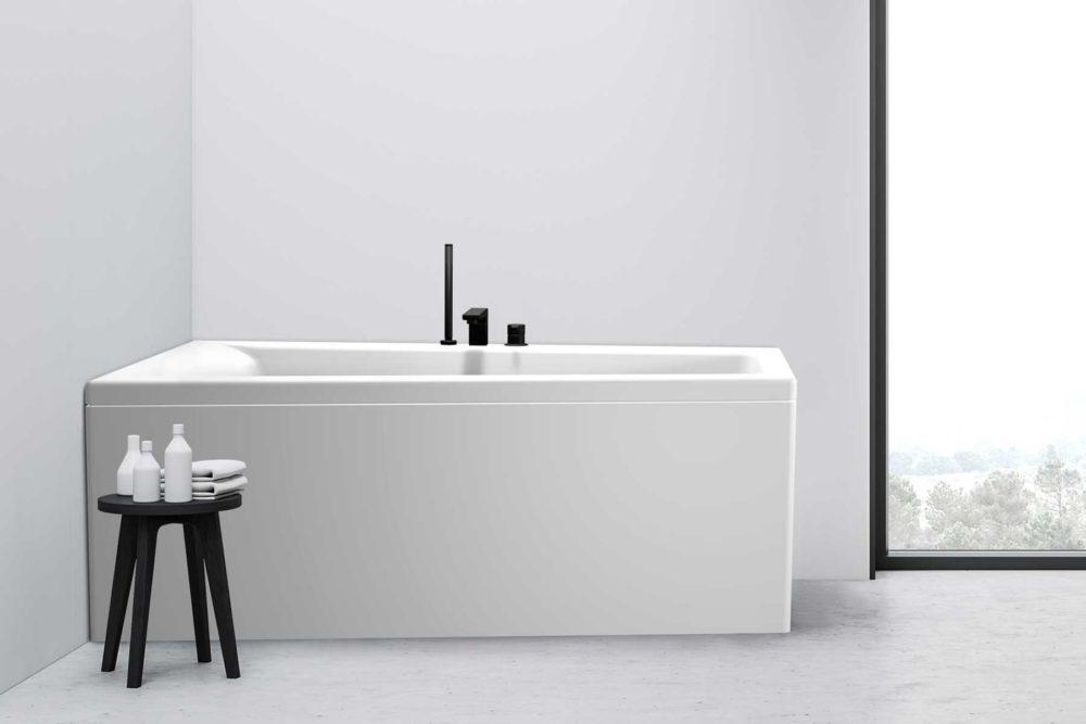 Nemo 160 badekar i venstre utførelse fra Interform. betong gulv og hvite vegger. Vega svart armatur. Stort vindu med svart ramme.