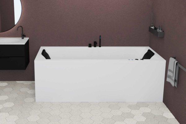 Nemo 190 badekar i hvit matt med svart armatur og svarte nakkeputer. Burgunder vegg og hexagonale gulvflis i lyse toner. Svart badromsmøbel med tilhørende rundt speil.