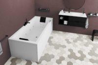 Nemo 180 hvit matt badekar i rom med lyse hexagonflis på gulv og burgunder veggfarge, svart interiør og svart matt armaturer