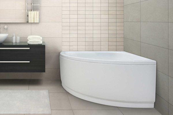Njord badekar fra Interform. Store beige flis på både vegg og tak. Dusjhjørne med armatur i krom. Hvitt mykt teppe.