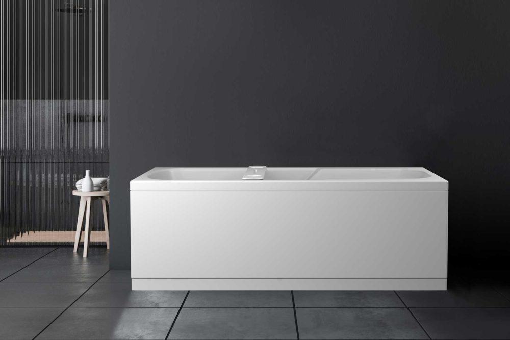 Odin badekar fra Interform. Akrylkar med innebygget armlene for god komfort. Mørke vegger og gulvflis. Badekarbro i hvit kompositt.