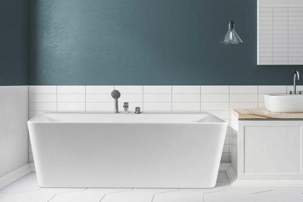 Saga Back To Wall er et stilrent badekar i silkemyk, matt kompositt. lyse hexagon flis og veggflis. Nydelig blågrønn veggfarge. Utsikt fra badekaret. Hvit vask med krom armatur. Speilskap med lys hengende på siden fra taket.