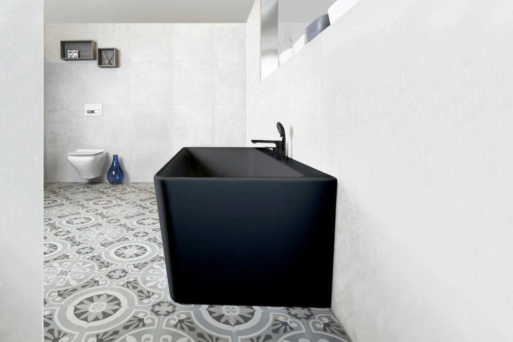 Saga Svart Back To Wall er et stilrent badekar i silkemyk, matt kompositt. Den ergonomiske utformingen gjør det svært behagelig å sitte i. God plass for å montere armatur på badekaret. Leveres med klikkventil og justerbare ben. Nydelig gulvflis i lyst miljø