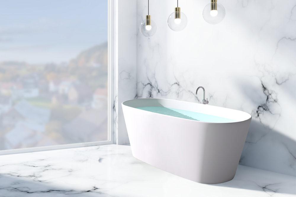 Urban frittstående kompositt badekar i hvit matt utførelse fra Interform med gulvarmatur i krom. Gulv og vegg i marmor. Utsikt mot boligstrøk.