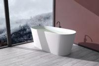 Urban frittstående kompositt badekar i hvit matt utførelse fra Interform med svart gulvarmatur på flis i treimitasjon. Nydelig burgunder farge på vegg og utsikt mot norsk vinternatur.