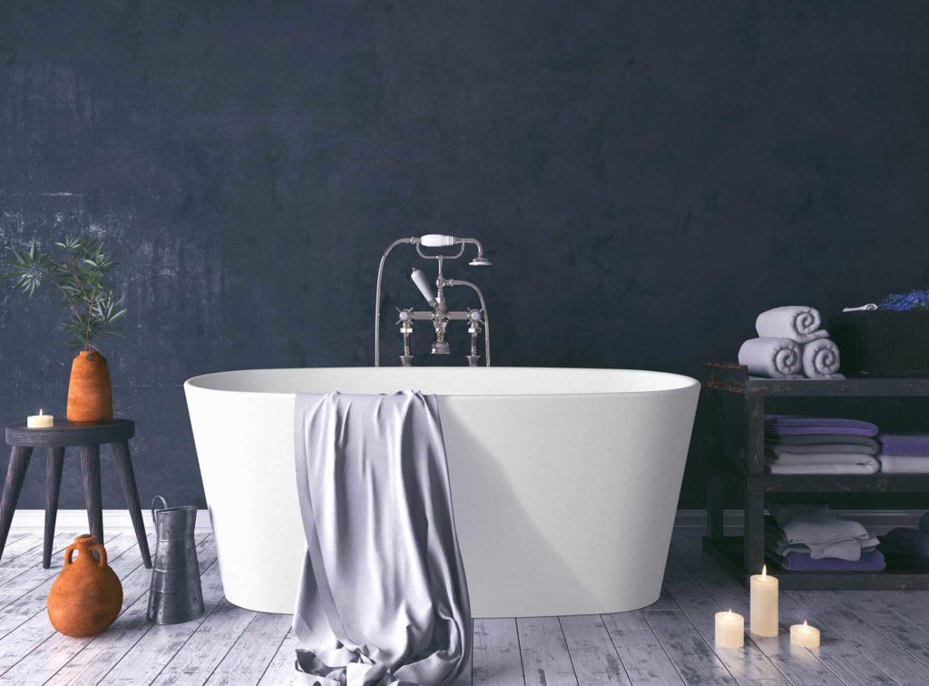 Urban frittstående badekar i hvit matt med klassisk armatur i krom.