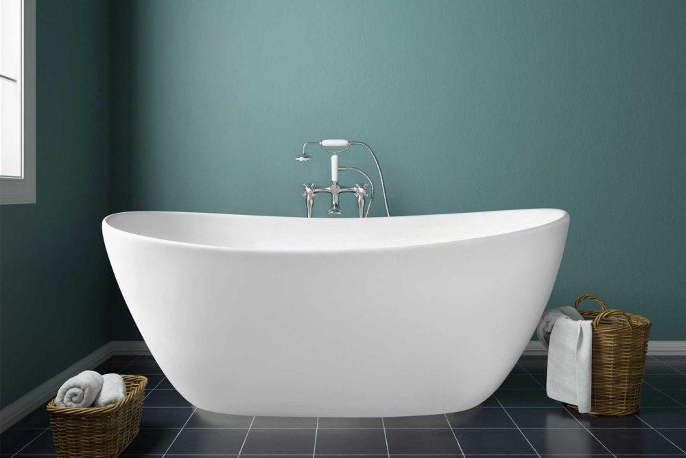 Viena badekar fra Interform i hvit matt utførelse. rustikk gulvstående armatur i krom stående på sorte flis. Vegg i nydelig turkis / sjøgrønn farge.