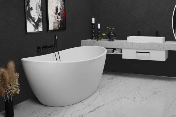 Viena badekar i hvit matt kompositt fra Interform. Marmorgulv og benk til hvit servant med svart armatur. Mørk grå vegg som gir en flott kontrast mot det hvite badekaret.