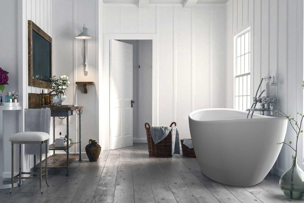 Viena badekar fra Interform i hvit matt utførelse. Flott rustikk gårdsbad med trepanel og tregulv. Utsikt ut mot gårdsplassen.