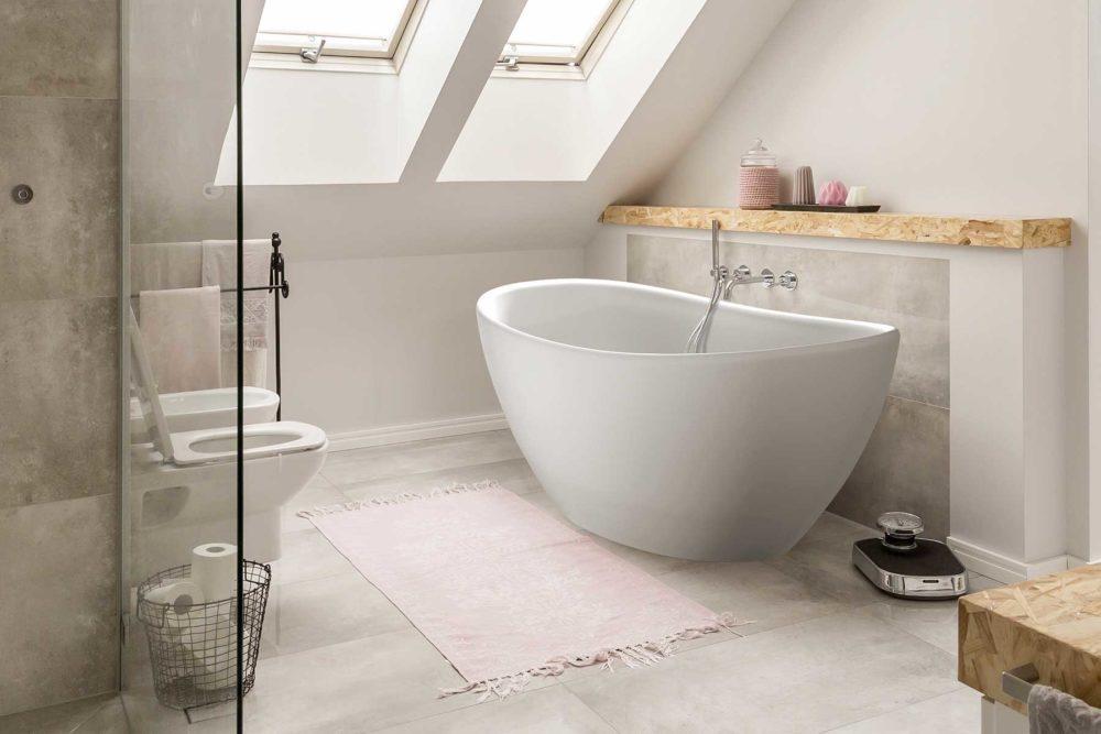 Viena badekar fra Interform. Hvit matt utførelse og med veggarmatur i krom. Badekaret står store lysegrå flis. Takvindu gir flott lys inn i rommet.