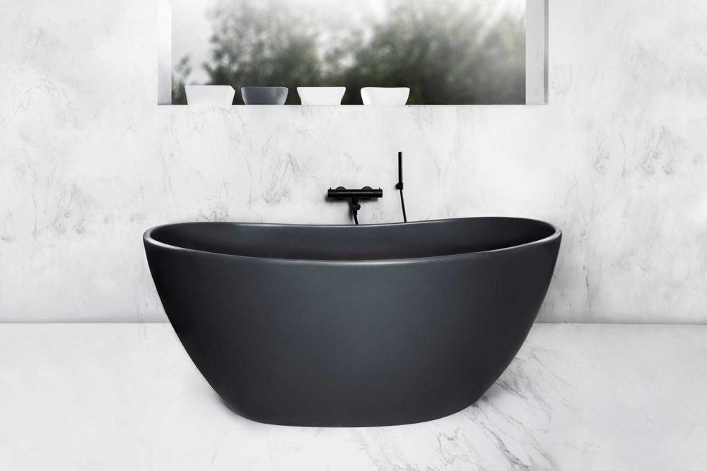 Viena Svart er et lekkert frittstående badekar. Svart vegg armatur. Det ovale designet skaper et mykt og moderne uttrykk. Utførelsen i svart matt kompositt gjør dette til et blikkfang. Marmor gulv og vegg. utsikt fra badekar.