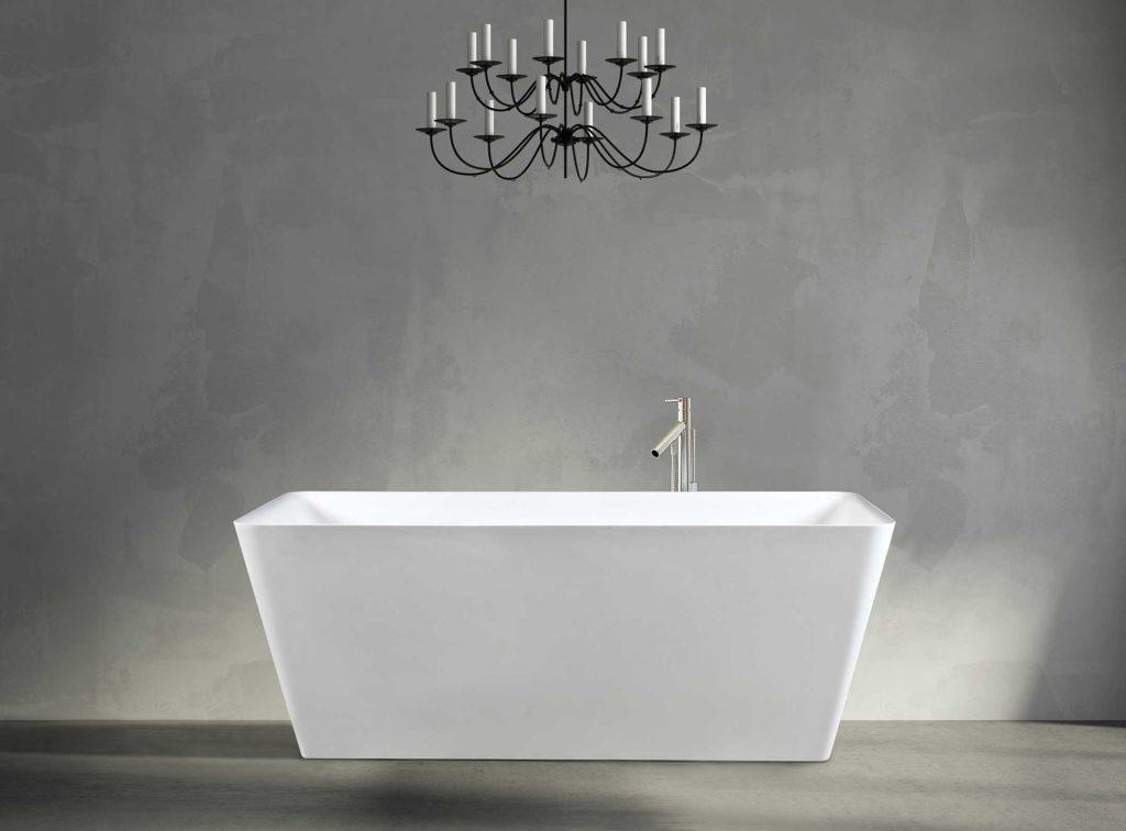 iTub frittstående badekar i hvit matt utførelse. Svart lysekrone og vegg / gulv i betong